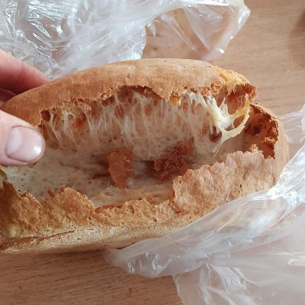 При выпечке хлеба в цетре дырка